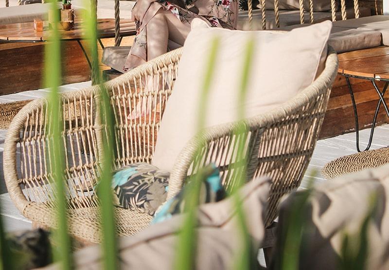 aménagement véranda et fauteuil en rotin